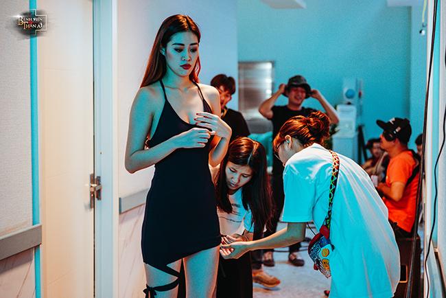 Khánh Vân được nhân viên phục trang chỉnh sửa trang phục.