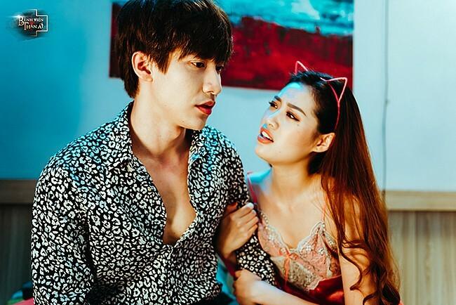 Tân Hoa hậu hoàn vũ có nhiều cảnh khêu gợi trước bạn diễn Dũng Bino và có một số cảnh phim ma mị phù hợp với chủ đề tâm linh.