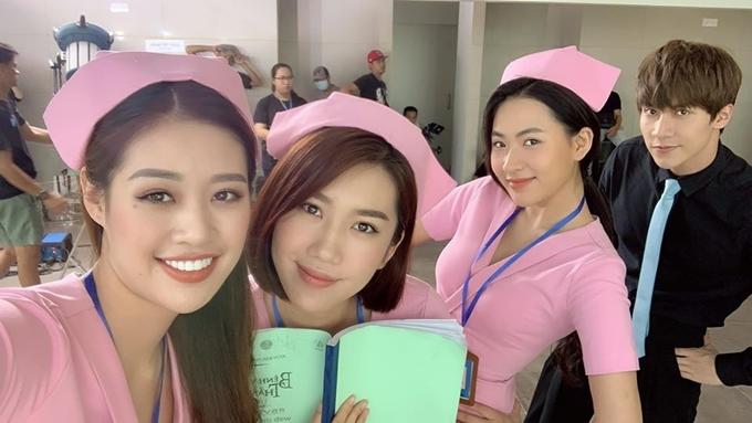 Khánh Vân chụp hình thân thiết với đàn chị Thúy Ngân (thứ hai từ trái sang) và hai bạn diễn Minh Trang, Dũng Bino. Thời gian phim bấm máy, người đẹp sinh năm 1995 thường xuyên đăng tải hình ảnh trên trường quay.