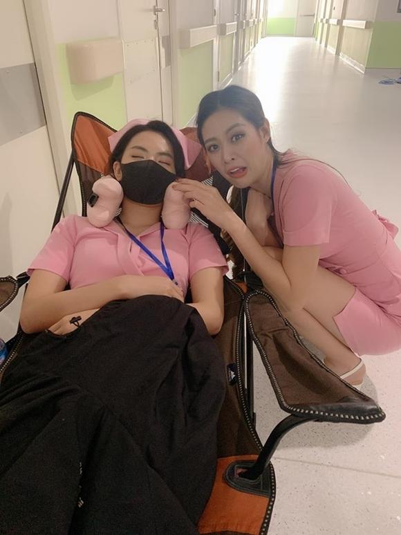 Khánh Vân trêu chọc cô bạn thân Minh Trang khi cô đang ngủ say.