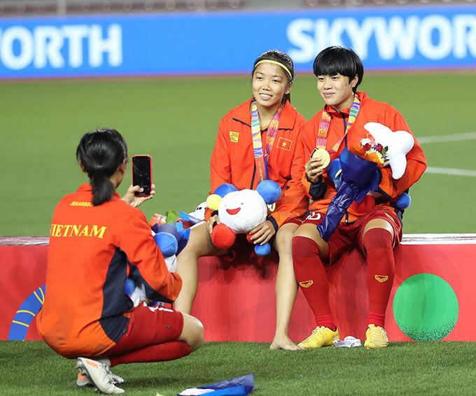 Huỳnh Như vẫn nở nụ cười tươi khi chụp hình cùng đồng đội.