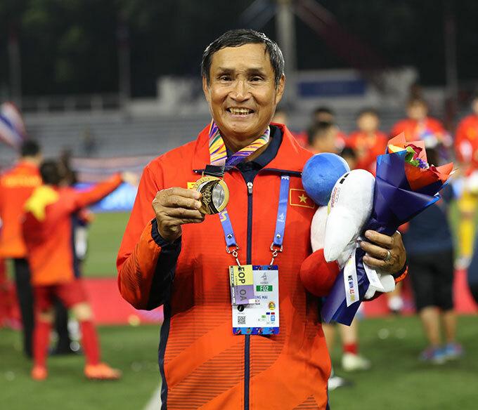 Niềm vui của HLV Mai Đức Chung - người thầy rất có duyên với bóng đá nữ Việt Nam. Đây là tấm HC vàng SEA Games thứ tư của ông trên cương vị HLV tuyển bóng đá nữ Việt Nam.