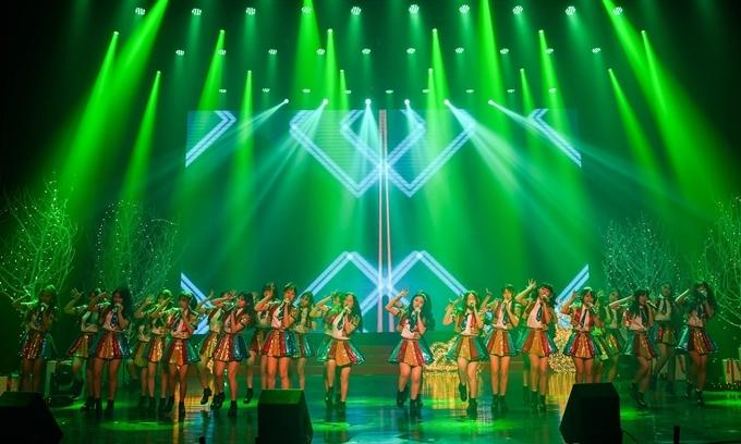 SGO48 mặc đồ sặc sỡ nhảy múa trên sân khấu mang không khí Giáng sinh.