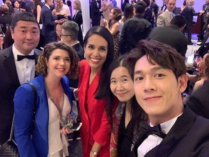 Song Luân hội ngộ nhà sản xuất Việt Nam Ngô Bích Hạnh (thứ hai từ phải sang) và các đồng nghiệp quốc tế.