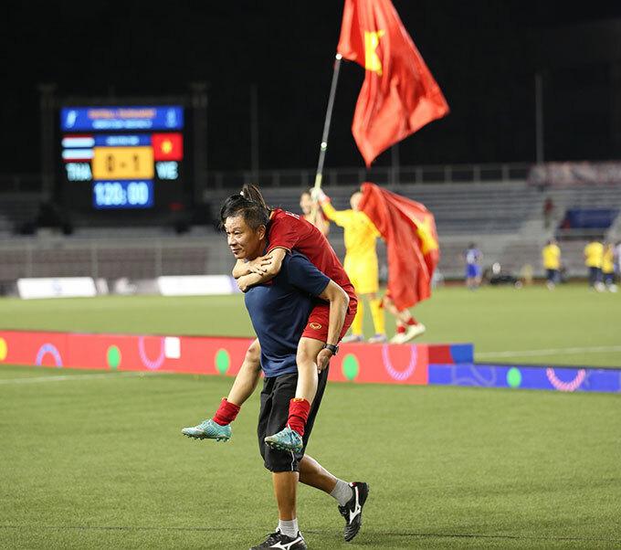 Không thể tự đi, đội trưởng tuyển nữ Việt Nam được một thành viên ban huấn luyện cõng