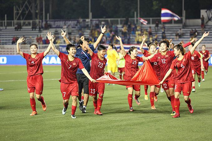 Trước đó, các cô gái áo đỏ đã có 120 phút quả cảm, kiên cường trước đối thủ quen thuộc Thái Lan. Hai đội đã gặp nhau ở vòng bảng, chia điểm sau kết quả hòa 1-1. Ở trận chung kết, lưới tuyển Việt Nam một lần rung lên nhưng bàn thắng không được công nhận. Ngay đầu hiệp phụ thứ nhất, tiền đạo Phạm Hải Yến lập công mang về bàn thắng quý như vàng giúp đội nhà đăng quang.