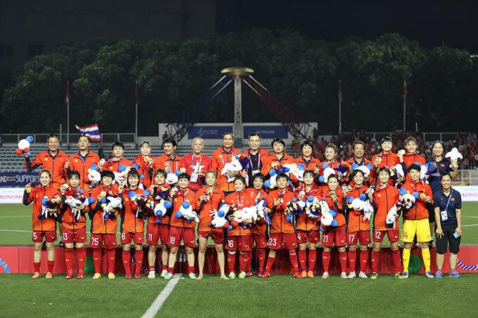 Huỳnh Như không tất, không giày vẫn tươi cười khoe tấm HC vàng cùng đồng đội.