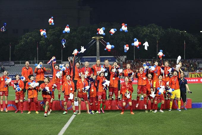 Ban huấn luyện và các nữ tuyển thủ với màn tung gấu bông mừng việc bảo vệ thành công ngôi vô địch SEA Games. Với 6 lần đăng quang tại SEA Games, tuyển nữ Việt Nam vượt qua chính đối thủ Thái Lan thành đội giành hiều HC vàng nhất trong lịch sử.
