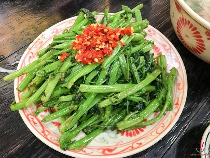 Đĩa rau muống xào dầu hào có giá 9.000 won (khoảng 180.000 đồng), khá đắt đỏ bởi đây vốn là loại rau hiếm có khó tìm ở Hàn.