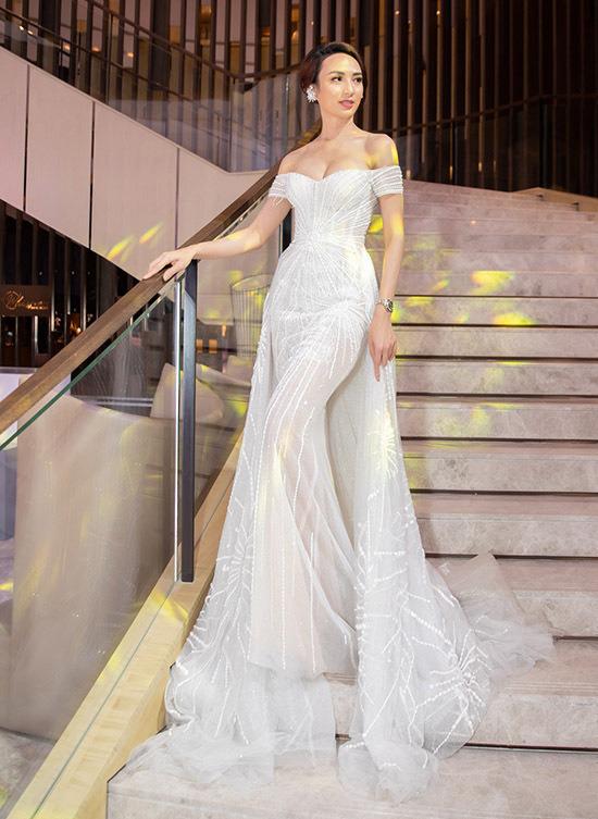 Nam stylist cũng khen ngợi diện mạo hoa hậu Ngọc Diễm tại event này: Mọi lợi thế hình thể của cô ấy, từ vòng một đầy đặn tới đường cong hút mắt đều được khai thác một cách ấn tượng.