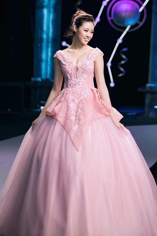 Mẫu đầm hồng có độ xòe rộng nhờ tùng váy bên trong. Bộ cánh được điểm ren nổi nơi thân trên tới ngang đùi. Điểm hút mắt của thiết kế là màu sắc hồng pastel, phần vải theo hình tam giác nơi eo đến thân váy. Ảnh: Kiếng Cận