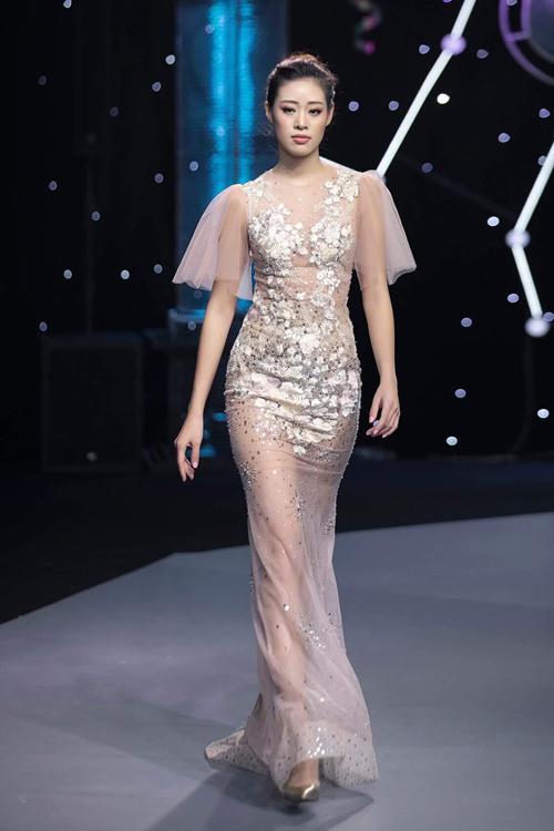 Bộ váy cánh tiên được tạo từ chất liệu voan, điểm họa tiết sequin bắt sáng, phối ngẫu hứng trên nền vải màu nude. Ảnh: Kiếng Cận.
