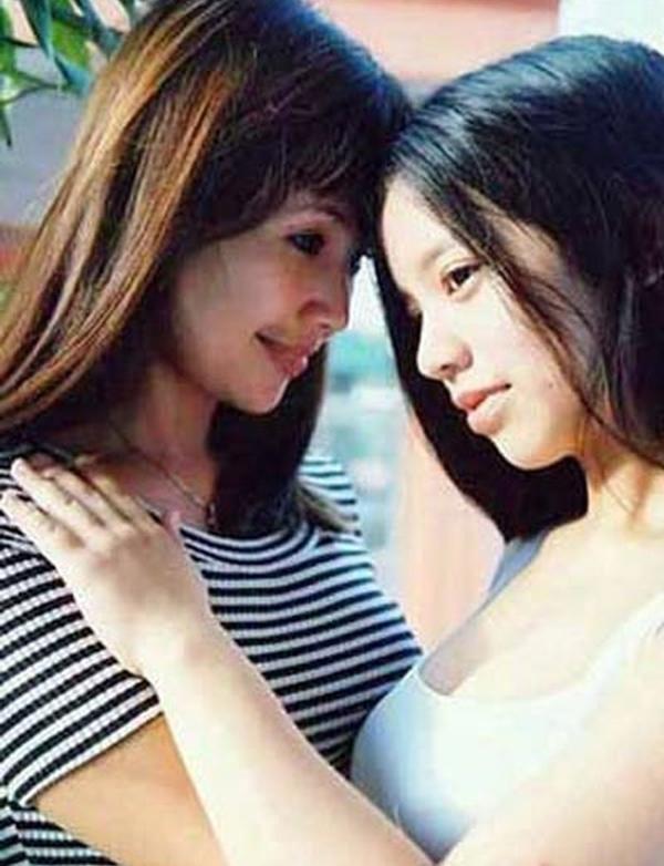 Lan Hương hồi trẻ bên con gái.