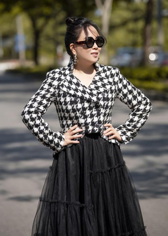 Bạn gái của Quách Ngọc Ngoan kín đáo, đúng chuẩn doanh nhân với kiểu tóc búi cao, mặc áo vest và chân váy dài.