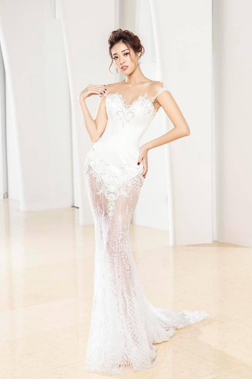 Bộ cánh đuôi cá được áp dụng kiểu cổ illusion từ voan mỏng tàng hình, đắp ren nổi tinh xảo dọc thân, giúp váy cưới giống một tác phẩm nghệ thuật.