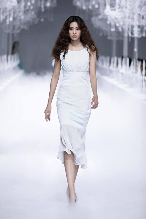 Bộ cánh tối giản gợi nhắc đến kiểu váy của những nữ thần Hy Lạp với phần xếp nếp nơi ngực. Chân váy có độ xòe bắt đầu từ ngang đùi để người diện di chuyển thuận tiện.