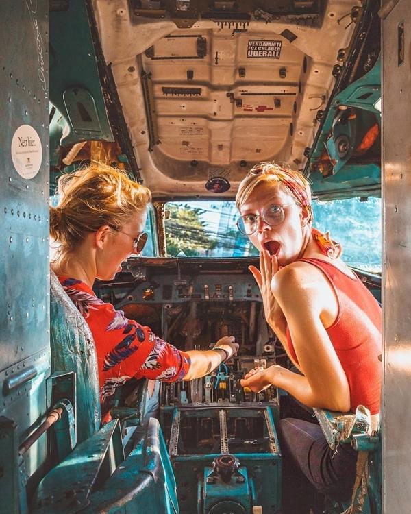 Điểm thú vị là đến đây, bạn có cơ hội tận mắt xem bên trong chiếc máy bay thực sự như thế nào. Không ít người cho rằng, Airplane Graveyard vừa là bãi báy bay phế thảinhưng cũng là bảo tàng. Bạn còn có thể hóa thân thành phi công trong phút chốc.
