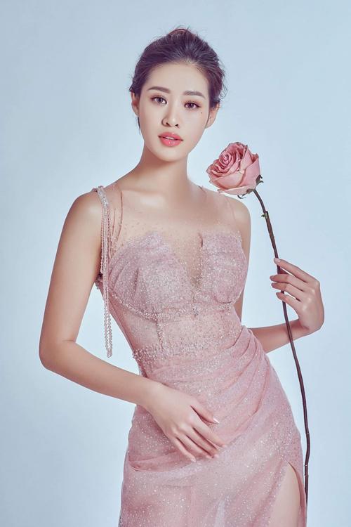 Bộ váy hồng pastel được định hình vòng 1, tôn vẻ gợi cảm của cô dâu và có thiết kế xẻ đùi.