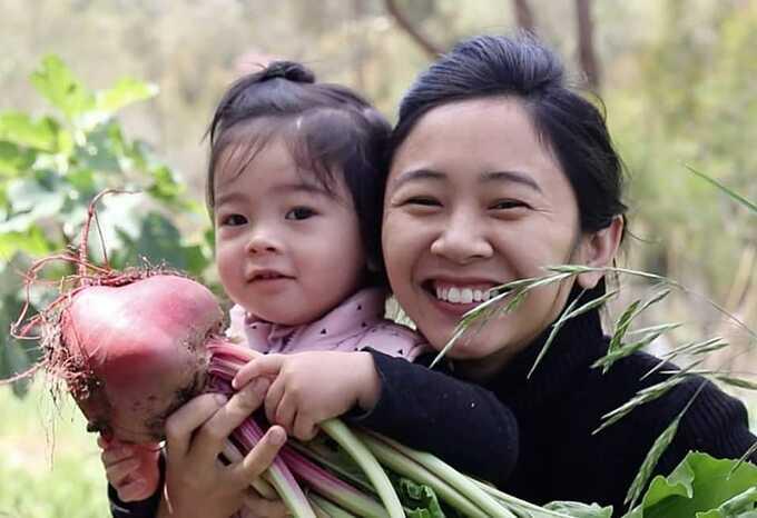Hoàng Tú Anh dành tất cả khu đất xung quanh nhà để trồng các loại rau củ, nguyên liệu chế sản phẩm thay thế hóa chất trong sinh hoạt hàng ngày. Bà mẹ hai con là tín đồ của lối sống xanh và tối giản.