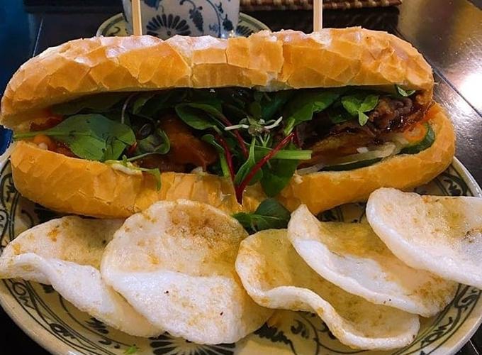 Quán có4 vị bánh mìgồm bánh mì tôm, bánh mì cà ri gà, bánh mì bò và bánh mì thịt heo, ăn kèm bánh phồng tôm chiên giòn. Giá đồ ăn ở đâykhoảng 6.900 - 18.000 won/phần (khoảng 138.000 - 360.000 đồng), đắtnhất là bánh xèo và rẻ nhất là đĩa nem rán ăn gọi riêng, ănkèm bún chả.