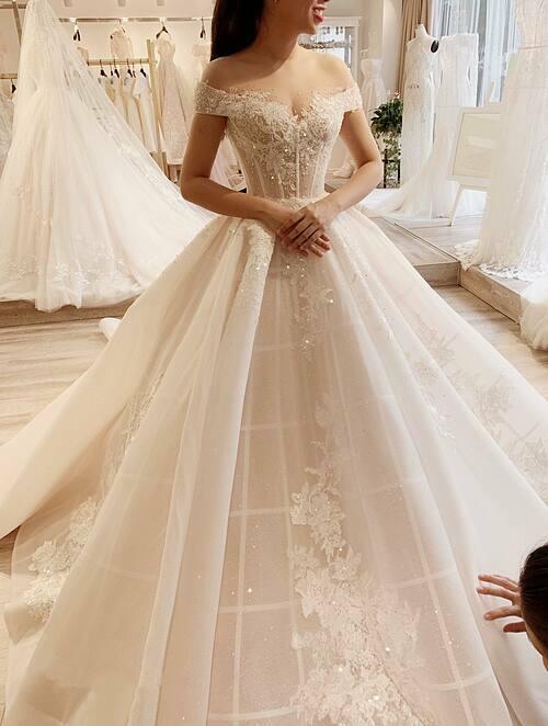 Độ bắt sáng (lấp lánh) của váy có chiều sâu nhờ layer phía trong được làm bằng chất liệu ren dệt cùng những hạt đá li ti. Toàn bộ họa tiết đều được cắt tỉa và đính kết thủ công.