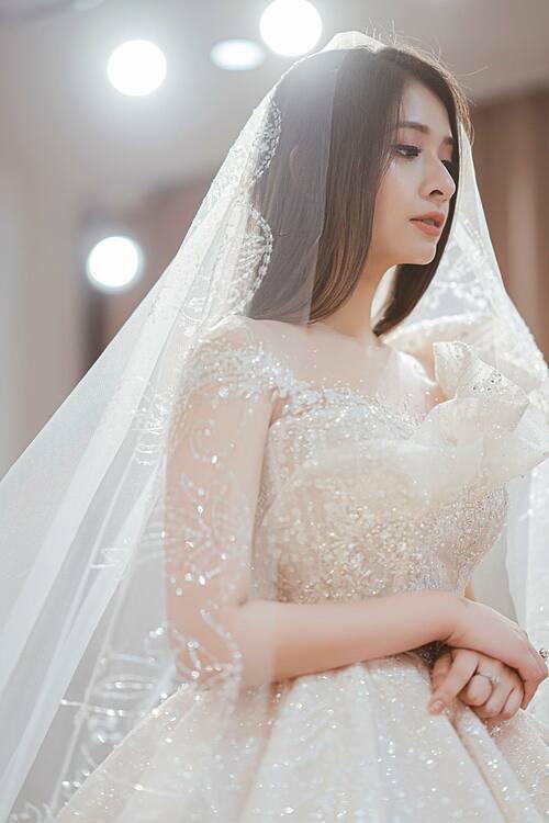 4. Váy cưới đính 12.000 viên đá pha lê Swarovski của cô dâu Linh Chi: Nàng dâu xứ Huế đã mất 2 lần đi đi về về giữa Hà Nội và Huế để cùng nhà thiết kế hoàn tất bộ lễ phục của mình.Chiếc váy Haute Couture được làm hoàn toàn bằng vải ren dệt đan xen hạt đá li ti nhập Phápđể trở nên lộng lẫy.