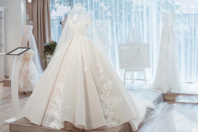 2. Váy cưới trễ vai thời thượng của cô dâu Ngân Đặng: Vớiphiên bản tay ngắn của thiết kế trên, cô dâu khoe được bờ vai thon và nét gợi cảm, dịu dàng, e ấp. Váy có độ xòe vừa phải để phù hợp với không gian tiệc cưới trong phòng và giúp cô dâu dễ dàng di chuyển.