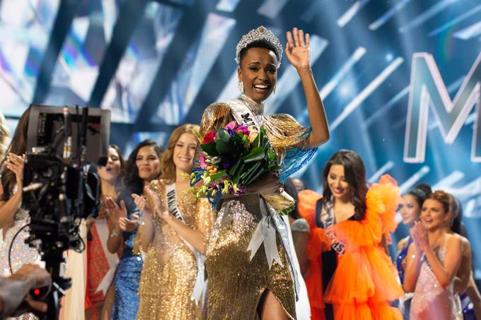 Zozibini vỡ òa hạnh phúc khi được xướng tên là Hoa hậu Hoàn vũ 2019. Cô đã vượt qua 89 cô gái đẹp rực rỡ khác trên khắp thế giới để mang về vương miện danh giá cho Nam Phi. Cô là người đẹp thứ ba của Nam Phi từng giành được ngôi vị này.