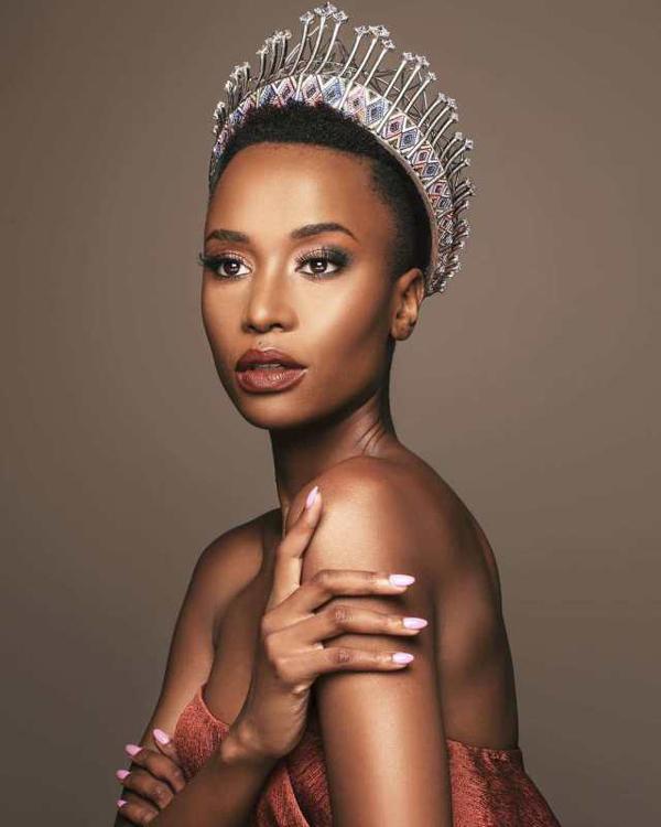 Zozibini Tunzi giành ngôi vị Hoa hậu Hoàn vũ Nam Phi 2019 hồi tháng 8. Sau khi đăng quang, Zozibini cho biết cô từng nhận nhiều lời kỳ thị màu da và phân biệt chủng tộc trên mạng xã hội.