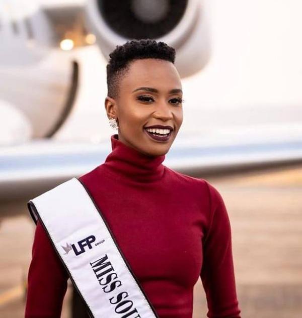 Người đẹp 26 tuổi tự hào khi trở thành đại diện của Nam Phi tại đấu trường nhan sắc Miss Universe. Cô đến Mỹ, nổi bật với phong cách riêng độc đáo là mái tóc siêu ngắn. Zozibini cũng tạo ấn tượng đẹp là nụ cười tỏa nắng.