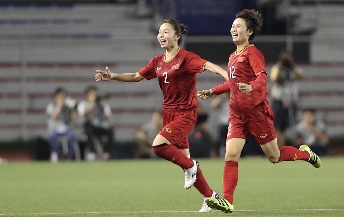 Hồng Nhung (số 2) mừng bàn thắng quyết định cùng Hải Yến. Ảnh: Đức Đồng.