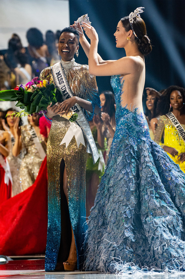 Catriona sau đó trao vương miện mới 5 triệu USD cho tân hoa hậu - người đẹp Nam Phi Zozibini Tunzi.
