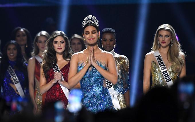 Trước khi tân hoa hậu hoàn vũ được công bố, Catriona Gray đội vương miện, bước lên sân khấu chia tay nhiệm kỳ hoa hậu.