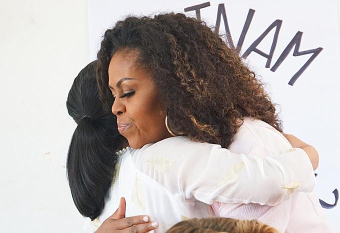 Bà Obama ôm cựu nữ sinh chương trình hỗ trợ giáo dục trẻ em gái tại Việt Nam. Ảnh: Mạnh Tùng.