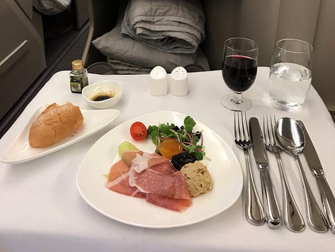 Bữa ăn đầu tiên hôm đó vị khách này được thưởng thức là dăm bông kiểu Italy Prosciutto, gan ngỗng, salad dưa chuột và một món cuốn, ăn kèm là bánh mì.