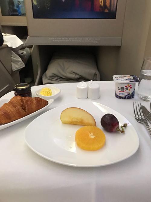 Hôm sau, khi ngủ dậy, vị khách lại được tiếp tục được phục vụ bữa sáng với sữa chua, trái cây, bánh mì. Nhiều hãng hàng không còn cung cấp thực phẩm chất lượng sao Michelin trong thực đơn hạng thương gia của họ, khác hẳn với những món ăn mà hành khách hạng phổ thông thường ăn.