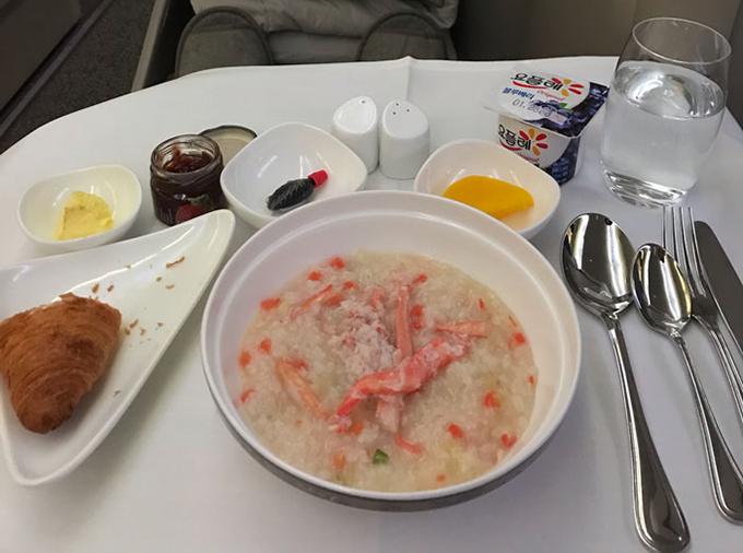 Thậm chí, vị khách này còn được nếm thử món cháo tôm huỳnh đế để kết thúc bữa sáng trước khi hạ cánh xuống sân bay Los Angeles. Không chỉ có ăn ngon, ngủ thoải mái, nhiều hãng như Emirates trên máy bay A380 còn trang bị tiện nghi xa hoa hơn cho du khách như spa hay sàn sưởi ấm để hànhkhách không bị lạnh khi nằm trong khoang.