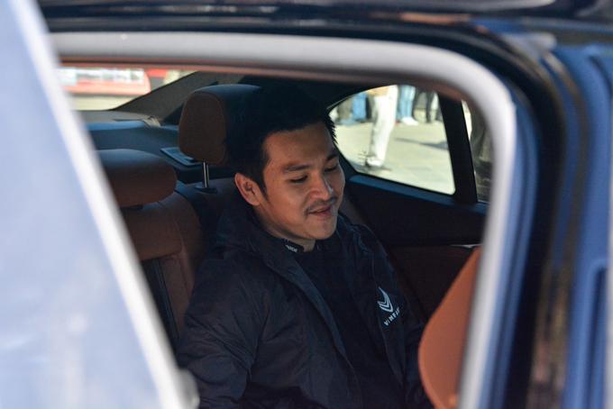 Công việc bận rộn nên Thiên Minh thường chọn ngồi sau và có tài xế riêng. Trong hành trình chinh phục Hà Giang lần này, anh trải nghiệm hàng ghế sau chiếc VinFast Lux A2.0. Anh chàng đa tài cho biết anh có một thời gian dài sống tại Mỹ, đã ngồi nhiều dòng xe ở đó và đánh giá xe Lux A2.0 ngồi sướng chẳng kém cạnh nhiều xe sang ở nước ngoài.