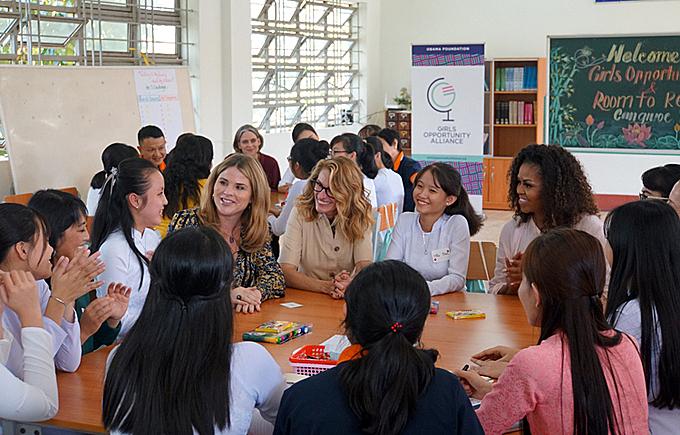 Bà Obama, nữ diễn viên Julia Roberts và Jenna Bush Hager trong lớp học. Ảnh: Mạnh Tùng.