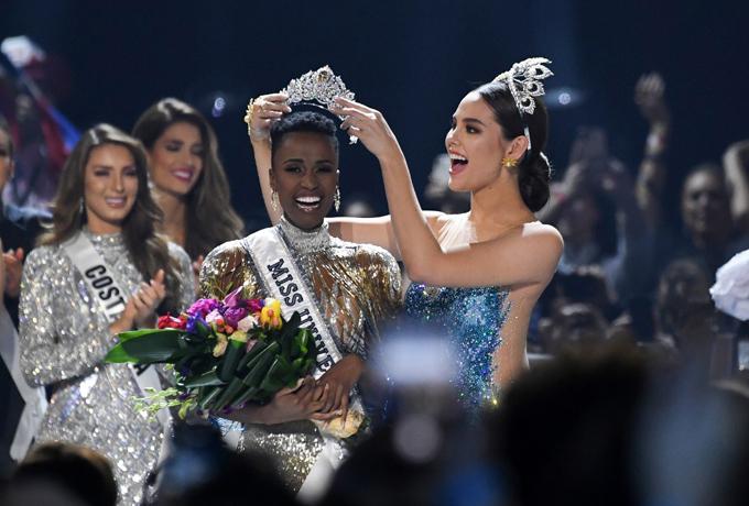 Người đẹp Nam Phi nhận vương miện Miss Universe từ Hoa hậu Hoàn vũ 2018 Catriona Gray.