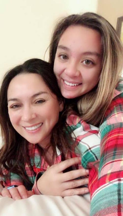 Phi Nhung và con gái ruột diện đồ đôi, nhí nhảnh pose hình.