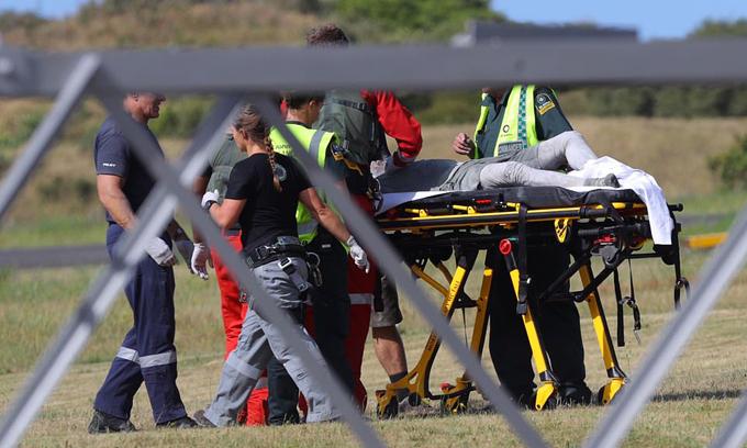 Một du kháchbị thương được di chuyển tới bệnh viện sau khi gặp nạn tại núi lửaWhakaari, New Zealand, chiều 9/12. Ảnh: AP.