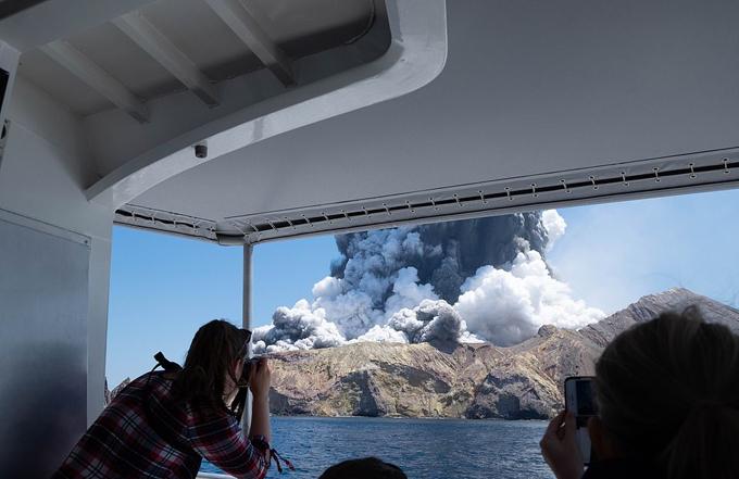 Du khách chứng kiến cảnh núi lửa phun trào từ tàu du lịch ở Whakaari, New Zealand, chiều 9/12. Ảnh: Twitter.