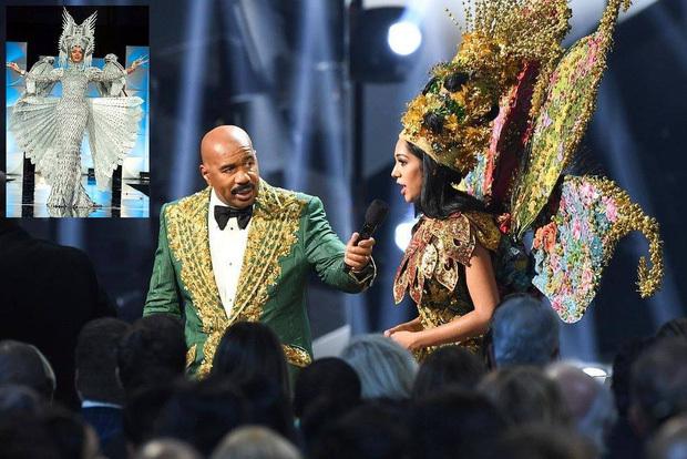 Hoa hậu Malaysia (phải) bước ra sân khấu nói cô là người thắng giải Quốc phục trong khi màn hình sân khấu chiếu hình ảnh Hoa hậu Philippines.