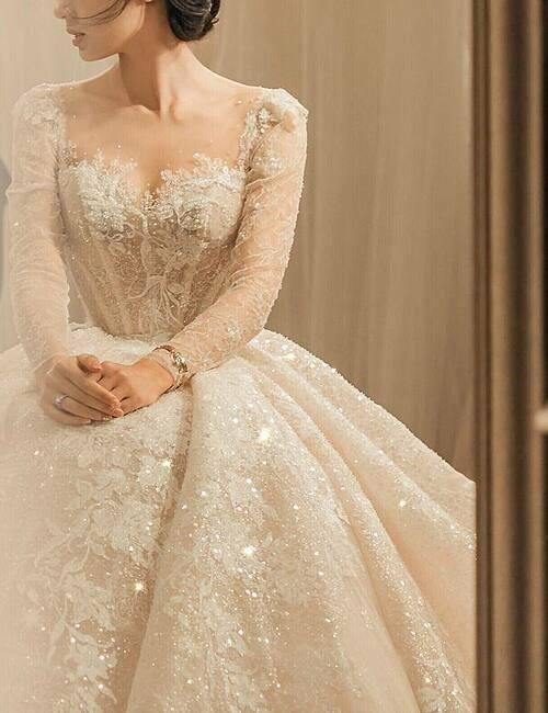 Họa tiết trên thân váy là những bông ren dây leo được đính thủ công kết hợp với hàng nghìn viên đá Swarovski nhiều kích cỡ. Cảm hứng để tạo nên chiếc váy đến từ vẻ đẹp của thiên nhiên ngoại ô nước Pháp, vừa lãng mạn lại tự do, phóng khoáng - đúng với khí chất của cô dâu.