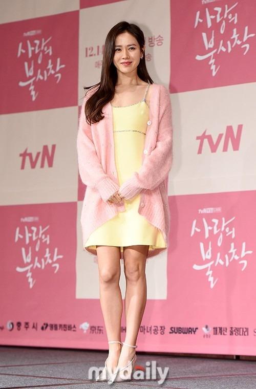 Trong sự kiện lần này, Son Ye Jin được khen ngợi xinh đẹp, trẻ trung và gợi cảm.