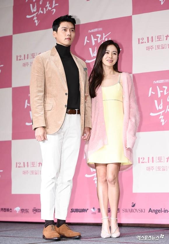 Cặp đôi ngôi sao sóng đôi trong sự kiện giới thiệu phim mới do họ đóng cặp. Trong phim,Huyn Bin vào vai quân nhân của Bắc Triều Tiên, còn Son Ye Jin hóa thân thành một nhà thiết kế -CEO của một hãng thời trang, đồng thời là người thừa kế của một gia tộc giàu có. Tr