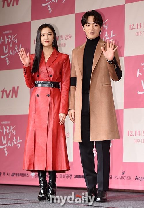 Nữ diễn viên Seo Ji Hye và nam diễn viên Kim Jung Hyun đóng hai vai thứ chính, là hai nhân tố gây cản trở chuyện tình của Hyun Bin và Son Ye Jin trong phim.
