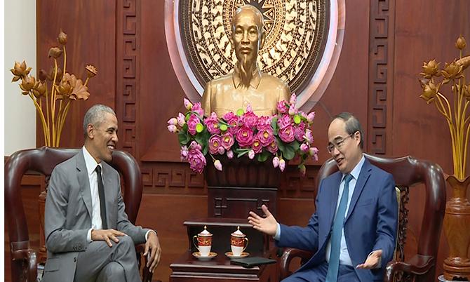 Cựu tổng thống Obama gặp gỡ bí thân Nguyễn Thiện Nhân tại TPHCM. Ảnh: Cắt từ video.