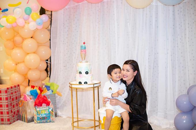 Thủy Tiên (bà xã ca sĩ Đan Trường) và con trai Thiên Từ dự tiệc sinh nhật con một người bạn tại Mỹ trước khi về Việt Nam.